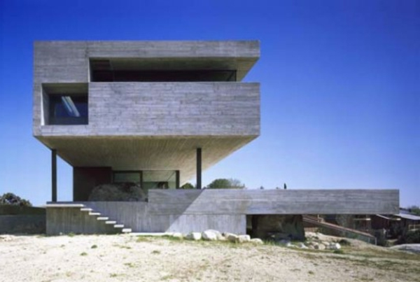 Minimalist-Design-Pitch-House-in-Madrid-Spain-by-Iñaqui-Carnicero-01-525x353-resized