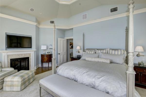 applique-liseuse-et-chambre-à-coucher-blanche