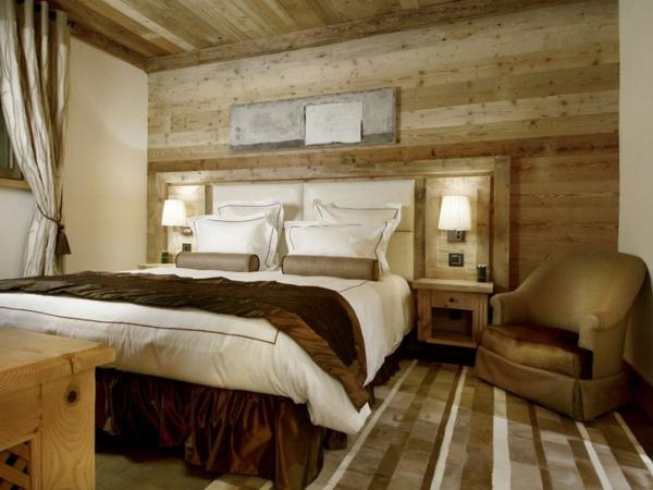 applique-liseuse-intérieur-chaleureux-mur-en-bois