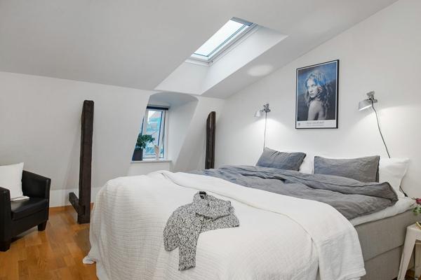 applique-liseuse-plancher-en-bois-et-murs-blancs