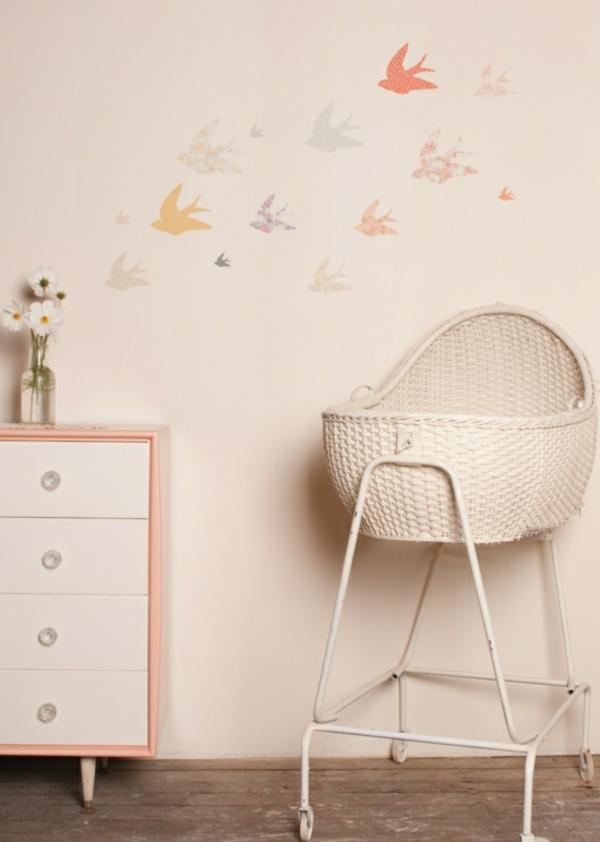 bébé-fille-oiseau-chambre-maison-d'oiseau