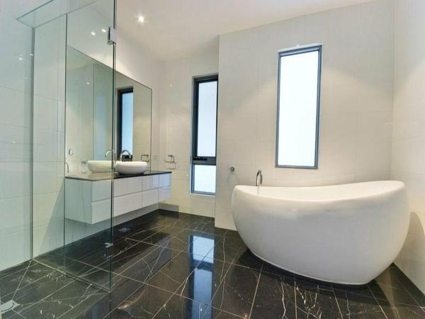 baignoire-sabot-dans-une-salle-de-bains-blanche