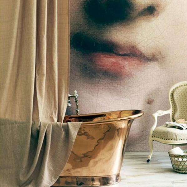 baignoire-sabot-et-une-reproduction-au-mur