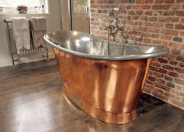 baignoire-sabot-mur-en-briques-et-intérieur-argenté