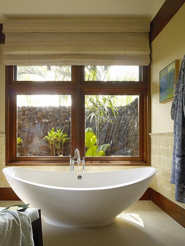 baignoire-sabot-près-d'une-grande-fenêtre
