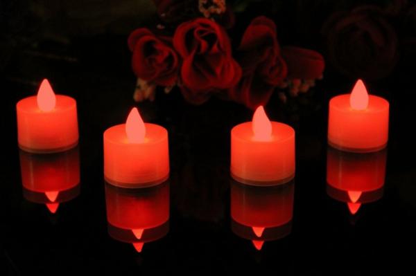 bougie-led-rechargeable-une-photo-splendeide-de-quatre-bougies-et-quelques-roses-rouges