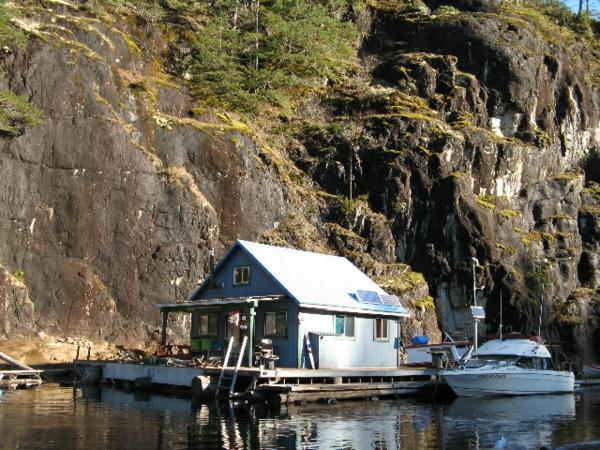 cabanes-flottantes-cabane-aux-pieds-de-la-montagne
