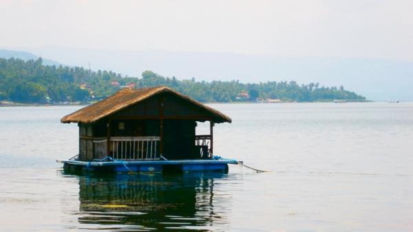 cabanes-flottantes-petite-cabane-sur-lac