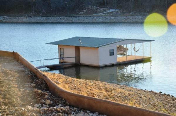 cabanes-flottantes-cabane-près-du-bord-d'un-lac