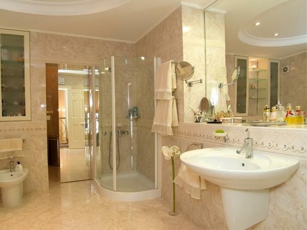 cabine-de-douche-intégrale-salle-de-bains-en-couleur-crème