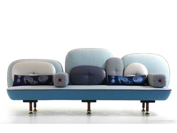 canapé-bicolore-et-des-coussins-décoratifs
