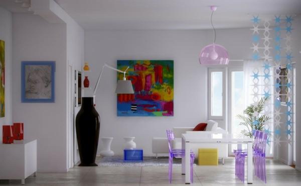 chaises-transparentes-colorées-et-une-lampe-pendante-transparente