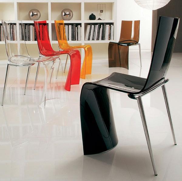 chaises-transparentes-colorées