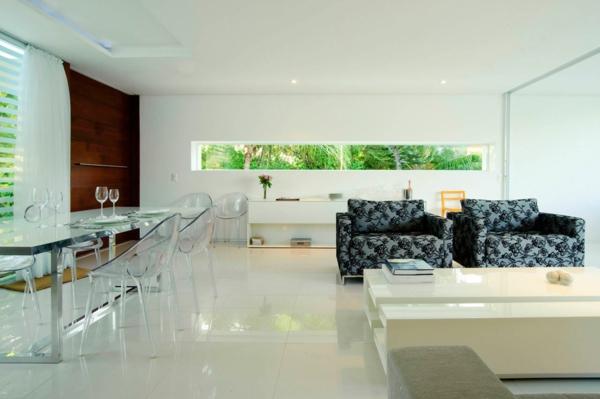 chaises-transparentes-dans-un-salon-moderne