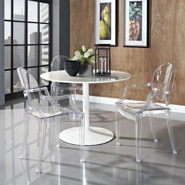 chaises-transparentes-coin-de-déjeuner-vue-urbaine