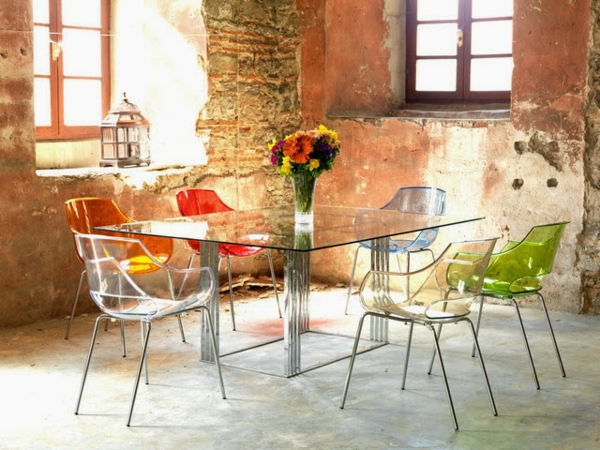 chaises-transparentes-et-table-rectangulaire-transparente