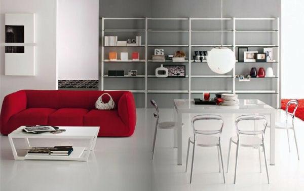 chaises-transparentes-et-un-divan-rouge