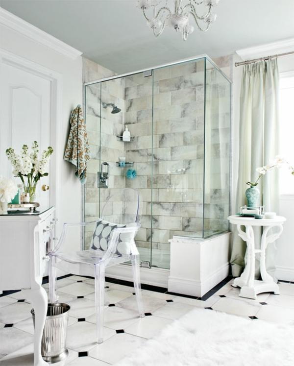 chaises-transparentes-et-un-pare-baignoire
