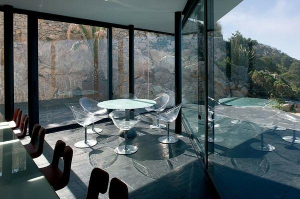 chaises-transparentes-intérieur-lumineux-moderne