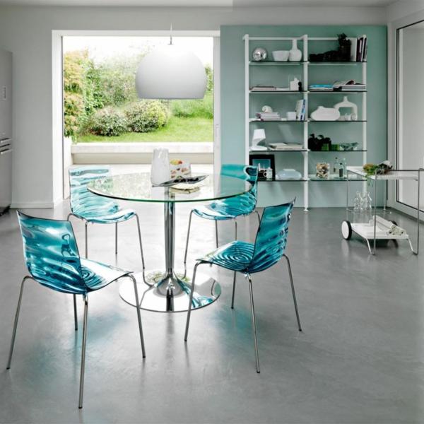 chaises-transparentes-magnifiques-en-bleu-marin