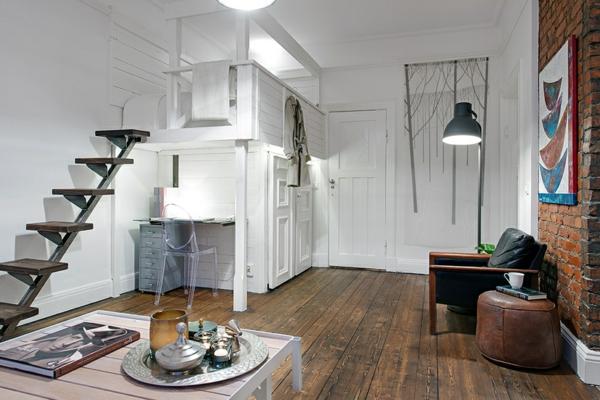 chaises-transparentes-plancher-en-bois-et-peinture-murale-blanche