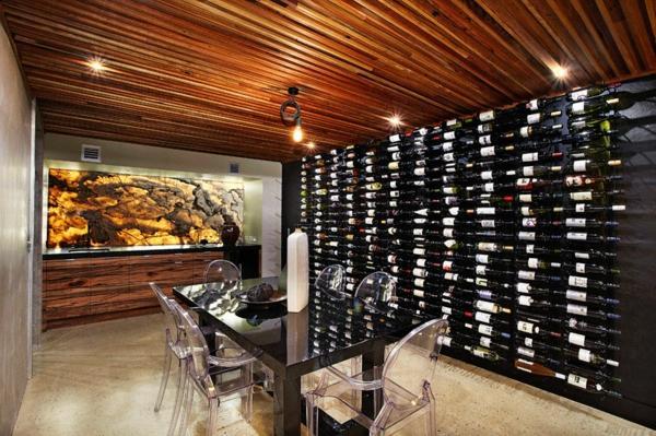 chaises-transparentes-salle-de-déjeuner-rangement-bouteilles-plafond-en-bois