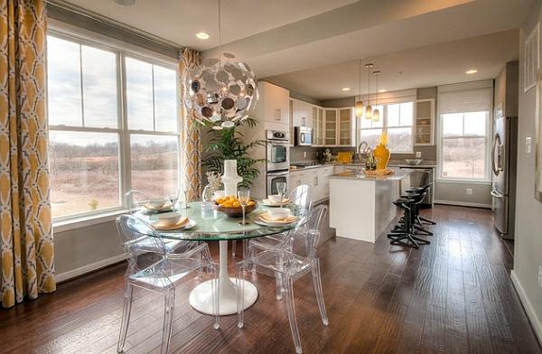 chaises-transparentes-salle-de-déjeuner-sol-en-bois