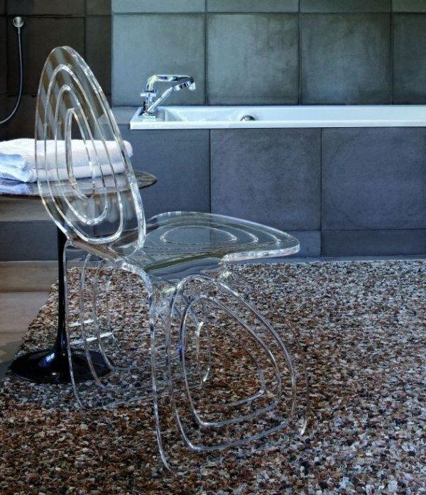 chaises-transparentes-une-chaise-moderne
