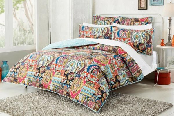 joli couvre lit Le couvre lit patchwork est une jolie finition pour votre chambre  joli couvre lit