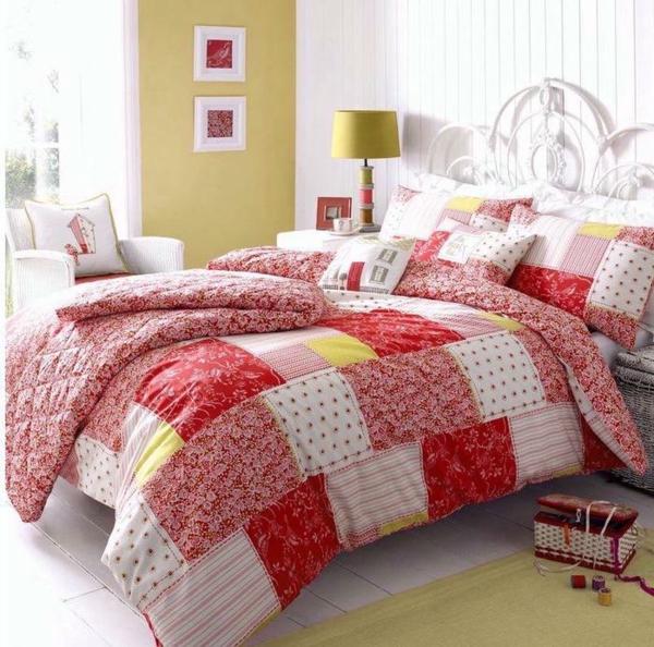 couvre-lit-patchwork-couleurs-fraise-et-blanche