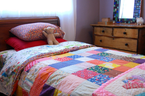 le couvre lit patchwork est une jolie finition pour votre chambre à