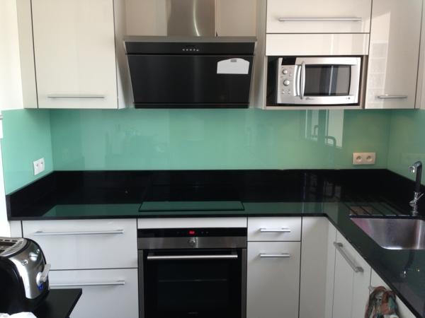 La cr dence en verre pour la cuisine for Revetement placard cuisine