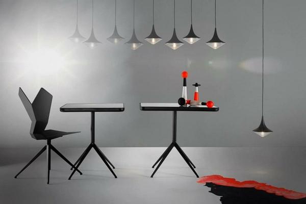 ensemble-table-et-chaise-et-lampes-pendantes-minimalistes