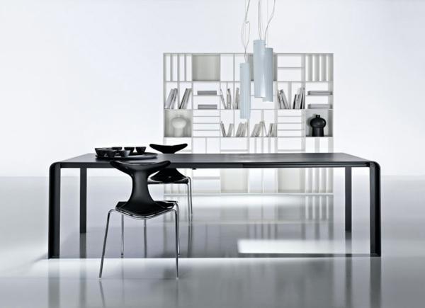 ensemble-table-et-chaise-noirs-dans-une-salle-blanche