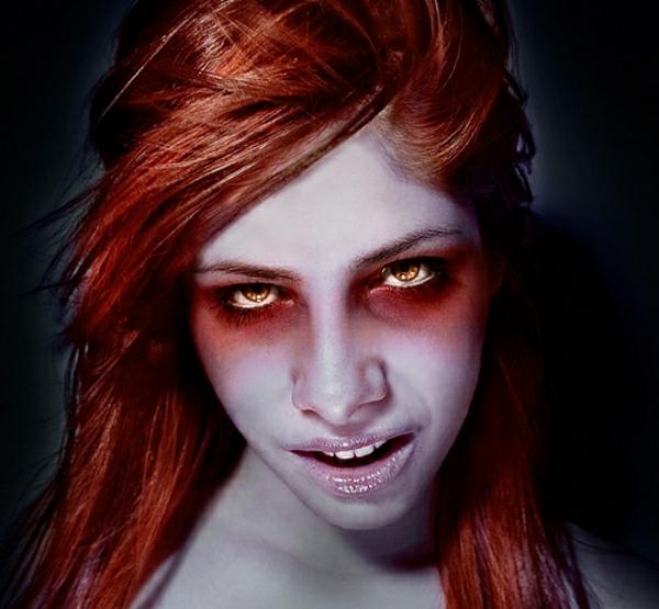 extravgant-maquillage-avec-lentille-de-halloween
