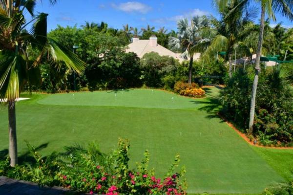 gazon-artificiel-décoratif-et-un-jardin-résidentiel-magnifique