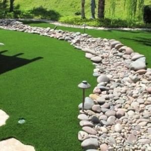 Le gazon artificiel est un produit décoratif d'habillage imitant l'herbe naturelle