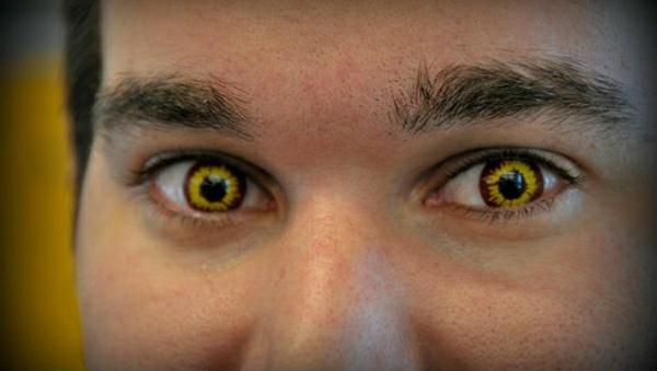 jaune-maquillage-avec-lentille-de-halloween