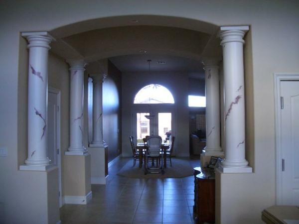 la-peinture-trompe-l' oeil-imitation-de-marbre-intérieur-avec-des-peintures-faux-marbre