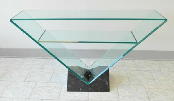 la-table-roche-bobois-forme-pyramidale-renversée