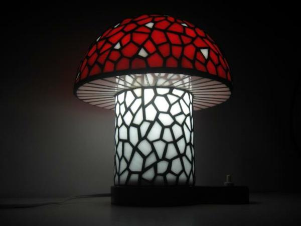 lampe-champignon-artistique-rouge-et-blanc
