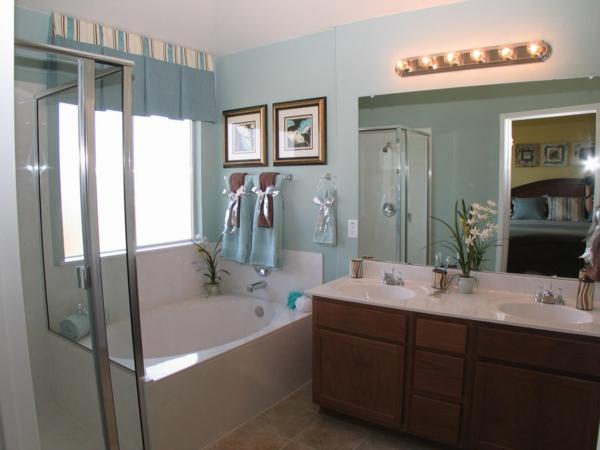 lavabo-à-double-vasque-baignoire-rectangulaire-et-un-grand-miroir