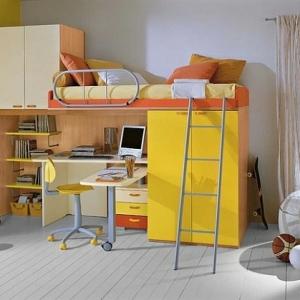 Le lit mezzanine avec bureau est l'ameublement créatif pour les chambres d'enfant