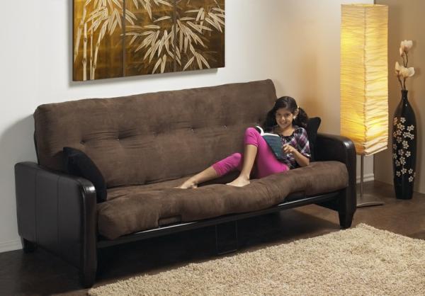 matelas-futon-sur-un-cadre-de-divan