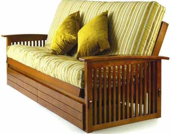 matelas-futon-et-un-divan-à-l'encadrement-en-bois