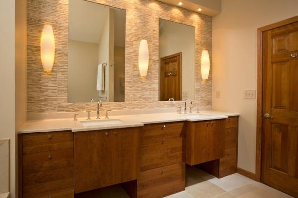 meuble-de-salle-de-bains-en-teck-et-grands-miroirs-muraux