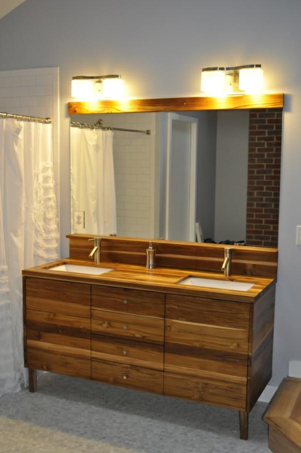 meuble-de-salle-de-bains-en-teck-et-joli-éclairage