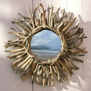 Voyez le monde dans le miroir à bois flotté