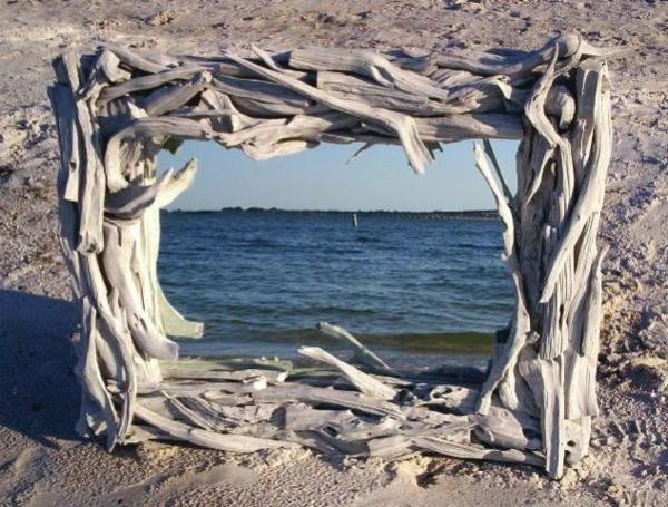 miroir-à-bois-flotté-sur-une-plage