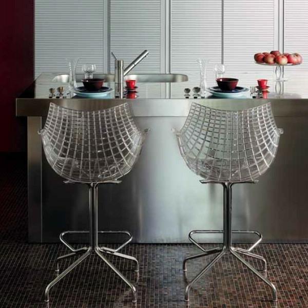 Un tabouret de bar transparent chic et modernit for Chaise de bar transparente